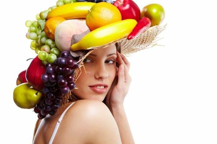 960x640_ukrashenie-iz-fruktov-yagod-i-ovoschej-na-golove-bananyi